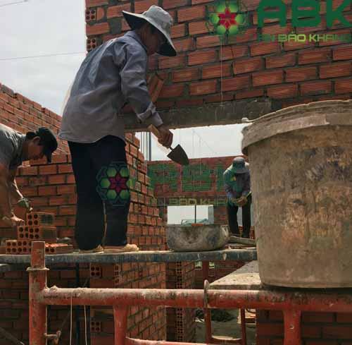 Công nhân đang thi côn xây tường nhà anh Long