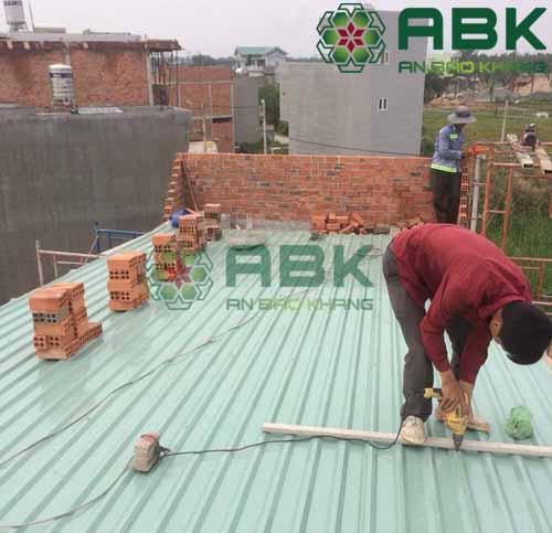 Công nhân thi công lợp mái tôn