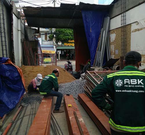Công nhân thi công coffa cột