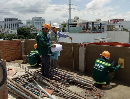 Kỹ sư kiểm tra công tác xây và trát tường
