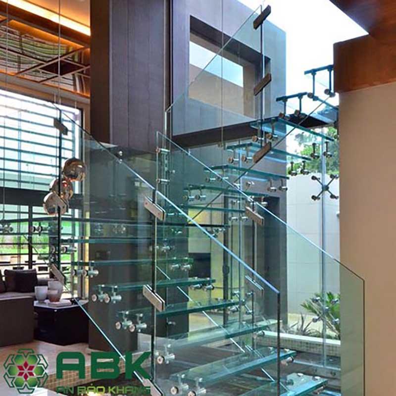 Cầu thang kính cường lực Khung Inox đổi chiều 180 độ