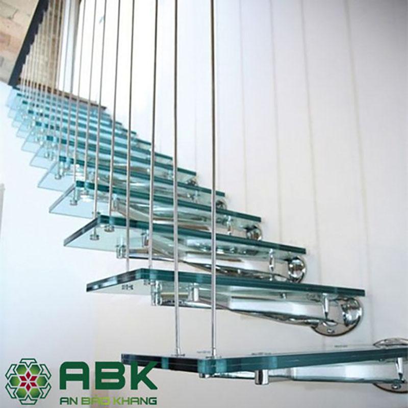 Cầu thang lên thẳng từ vật liệu kính cường lực và khung Ionx