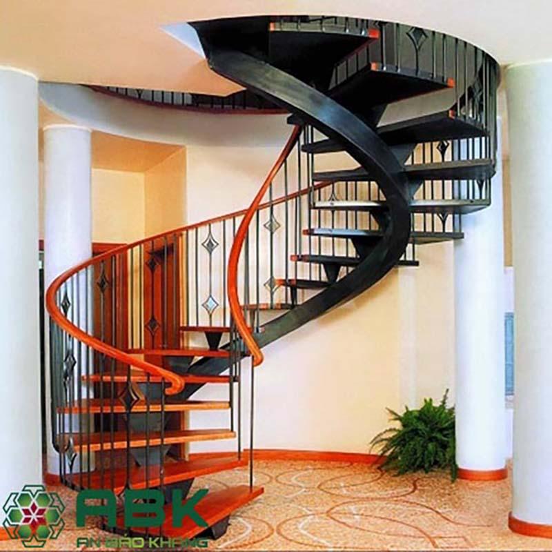 Cầu thang gỗ khung sắc xoắn ốc nhỏ gọn
