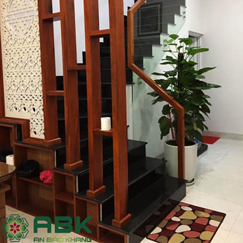Cầu thang bê tông thành kính tay vịn gỗ