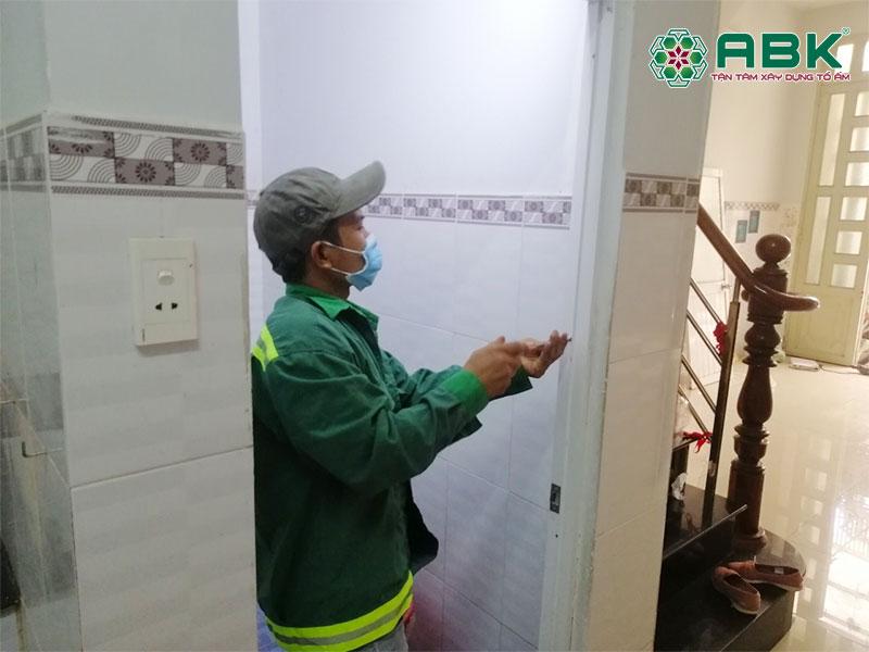 Thi công tháo cửa nhà vệ sinh thay cửa mới