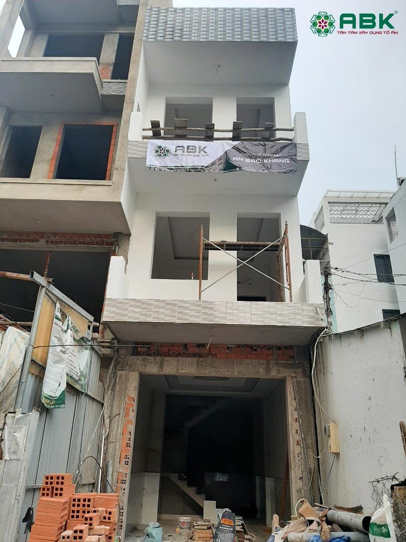 Mặt tiền ngôi nhà trong quá trình thi công phần hoàn thiện