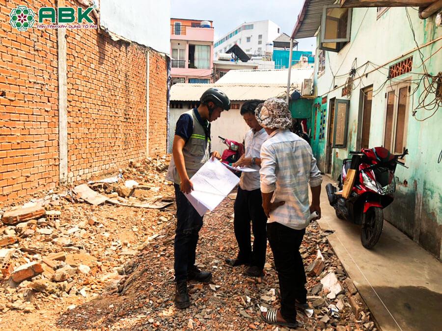 Thi công thao dỡ nhà cũ của anh Dũng ở Quận Tân Phú