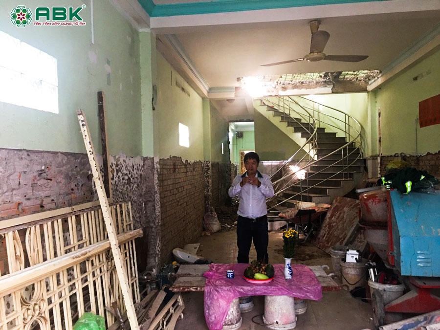 Thợ An Bảo Khang và gia chủ cúng thi công sửa chữa nhà quận 4