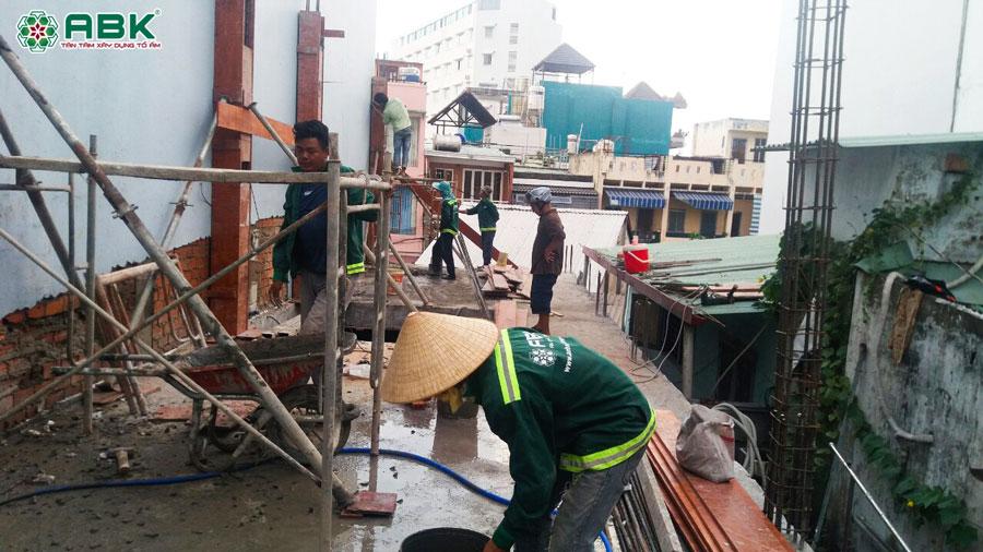 Thi công đổ bê tông cột lầu 1 nhà anh Dũng quận Tân Phú