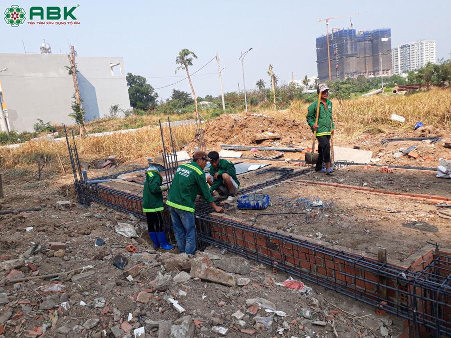 Thi công đan vỉ sắt, xây tường vay nhà chị Dung Quận 12