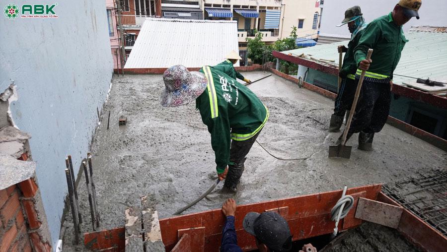 Thi công đổ bê tông lầu 1 nhà anh Dũng Quận Tân Phú