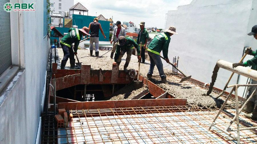 Thi công đổ bề tông sàn lầu 2 nhà anh Dũng Quận Tân Phú