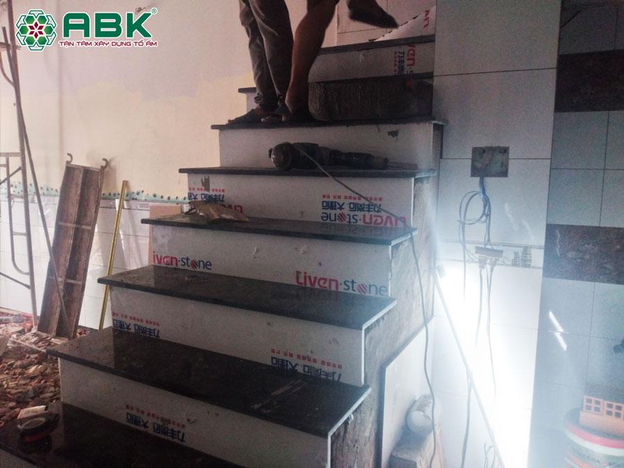 Thi công lắp đá cầu thang nhà anh Tuấn Quận 12