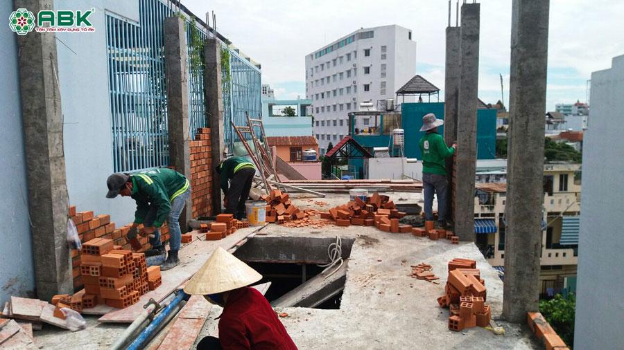Thi công xây tường lầu 2 nhà anh Dũng Quận Tân Phứ